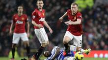 Manchester United's Paul Scholes, right, takes the ball awe from Queens Park Rangers' Djibril Cisse (JON SUPER/The Associated Press)