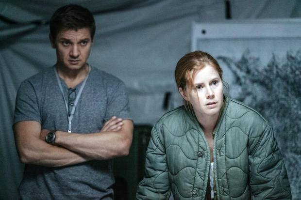 Jeremy Renner as Ian Donnelly and Amy Adams as Louise Banks in Arrival.