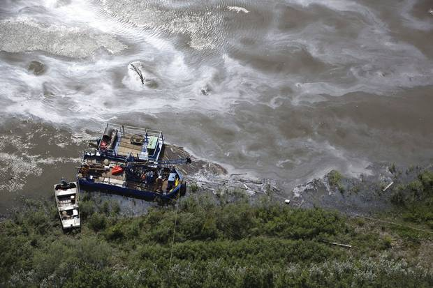 July 22, 2016: Crews work to clean up an oil spill on the North Saskatchewan River near Maidstone.