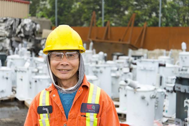 From software that tracks shipments, to frequent commodities price updates, technological advances play a role in the recycling industry. An ABC employee stands in the non-ferrous division – sales of non-ferrous metals, such as aluminum and copper, are arranged daily, based on constantly fluctuating market rates.