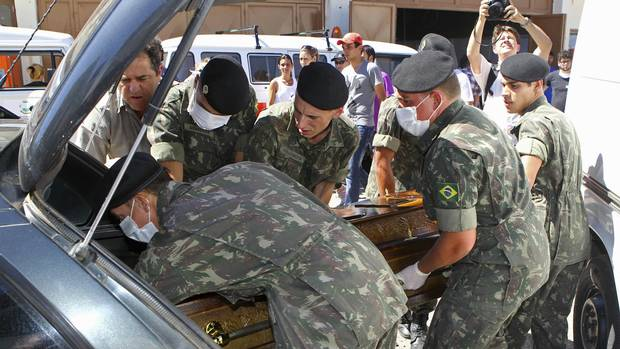 Army soldiers carry a coffin containing the body of a victim of the fire at Boate Kiss nightclub in the southern city of Santa Maria, 301 km west of the state capital of Porto Alegre, January 27, 2013. (EDISON VARA/REUTERS)