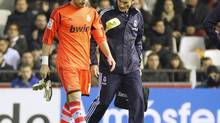 Real Madrid's goalkeeper Iker Casillas leaves the pitch after injuring his hand (HEINO KALIS/REUTERS)