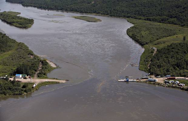 Crews work to clean up an oil spill on the North Saskatchewan river near Maidstone, Sask. on Friday, July 22, 2016.