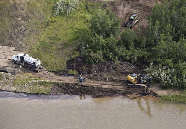 Crews work to clean up an oil spill on the North Saskatchewan river near Maidstone, Sask on Friday July 22, 2016.