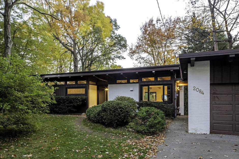 Mid century home of lynchmere founder gets a respectful for Modern homes mississauga
