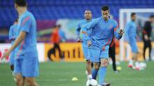 Netherland's Robin van Persie (R) kicks a ball during a training session during the Euro 2012 at Metalist stadium in Kharkiv June 8, 2012. (MICHAEL BUHOLZER/REUTERS)