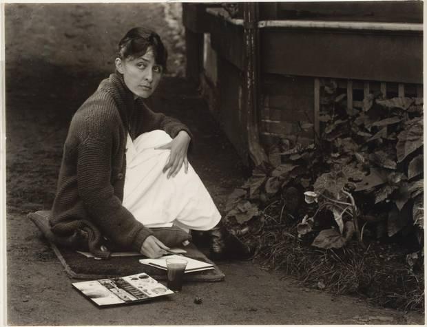 Georgia O'Keeffe with watercolour paint box, 1918.