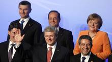 Canadian Prime Minister Stephen Harper (centre) waves as leaders pose for a photo at the NATO summit in Chicago May 20, 2012. (LARRY DOWNING/LARRY DOWNING/REUTERS)