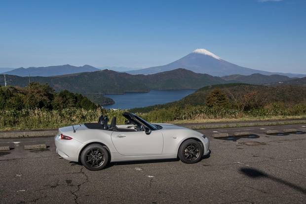 The MX-5 reaches the top of the Hakone Toll Highway, with Mount Fuji in the background.