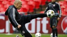 Bayern Munich's Arjen Robben takes a shot during a training session ahead of their Champions League Final match against Borussia Dortmund at Wembley Stadium in London, May 24, 2013. (EDDIE KEOGH/REUTERS)