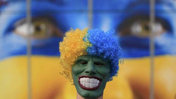 A Portgual soccer fan wearing a mask (EDDIE KEOGH/REUTERS)