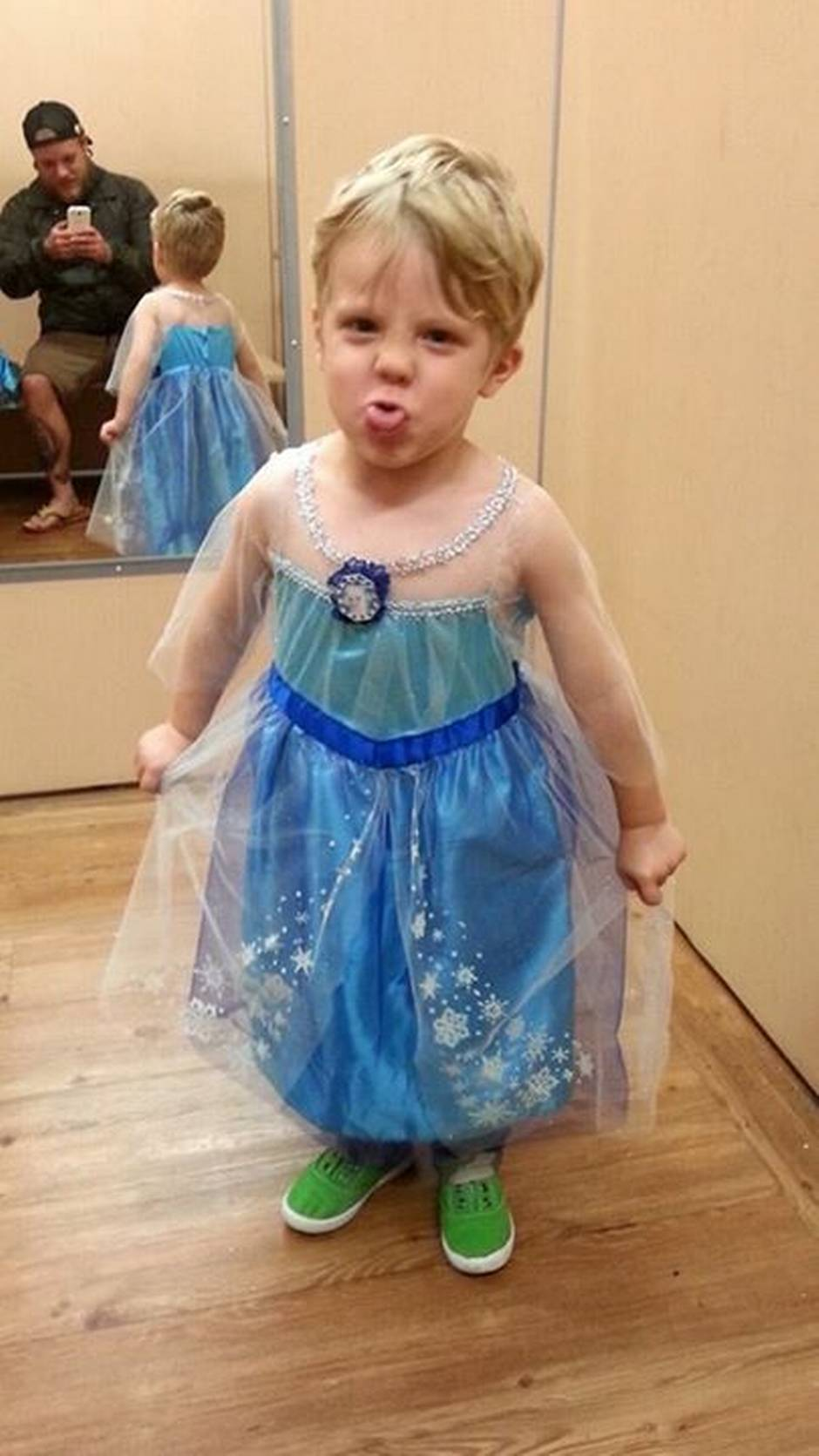 dad's supportive response to son's elsa halloween costume goes viral