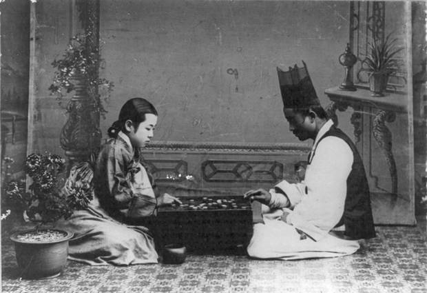 A Korean man and woman play Go sometime between 1910 and 1920.