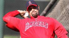 Los Angeles Angels' Albert Pujols warms up during a baseball spring training workout in Tempe, Arizona February 21, 2012. (DARRYL WEBB/Reuters)