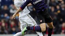 Swansea City's Chico Flores (L) challenges Arsenal's Olivier Giroud during their FA Cup third round soccer match at the Liberty Stadium in Swansea, South Wales, January 6, 2013. (STEFAN WERMUTH/Reuters)