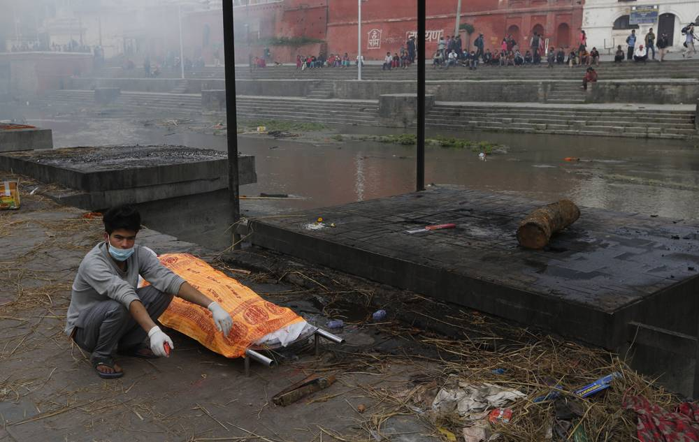 Disaster relief: Aid workers struggle to reach desperate Nepal