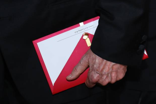 A photo shows a Best Actress award envelope in Warren Beatty's hand.