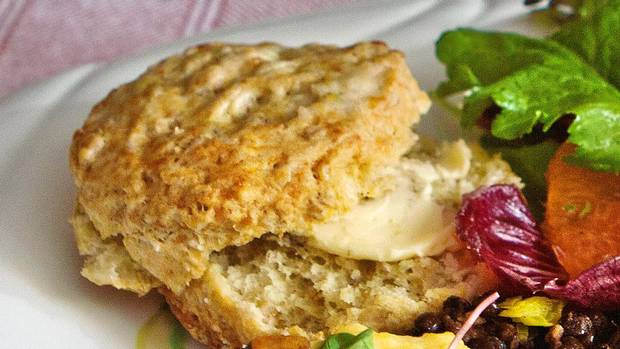 Ein herzhafter Käse-Haferflocken-Scone. Kanadische Brunch Rezepte