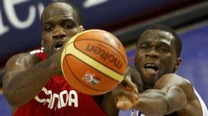 Canada's Joel Anthony (L) and France Alain Koffi battle for a rebound in the second half of their FIBA Basketball World Championship game in Izmir August 31, 2010. REUTERS/Sergio Pere