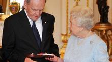 Britain's Queen Elizabeth II presents the Order of Merit to former Canadian prime minister Jean Chretien, at Buckingham Palace, London, Tuesday, Oct. 20, 2009 (Ian Nicholson)