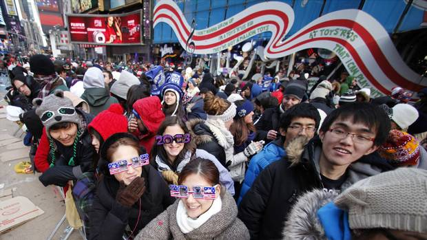 Revellers begin to fill up Times Square for New Year's celebrations in New York, December 31, 2012. (GARY HERSHORN/REUTERS)