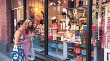 Shopping in Yaletown, Vancouver. (John Sinal/Tourism Vancouver)