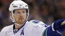 Vancouver Canucks' Henrik Sedin points at a team-mate during the first period of their NHL hockey game against the Los Angeles Kings in Los Angeles April 1, 2010. REUTERS/Lucy Nicholson (LUCY NICHOLSON)