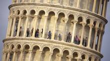 Tourists visit the leaning tower of Pisa (FABIO MUZZI)