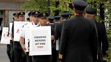 Air Canada pilots picket across from the company's annual general meeting in Calgary, June 4, 2012. (Todd Korol/Reuters)