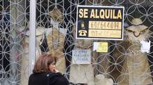 "A woman passes a shop with a sign which reads ""For Rent"" in Madrid April 27, 2012. (SERGIO PEREZ/SERGIO PEREZ/REUTERS)"