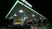 Motorists pump petrol at a Petronas station in Putrajaya, Malaysia. (BAZUKI MUHAMMAD/REUTERS)