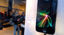 Montreal shoppers check out iPhones at a downtown store, Oct.28, 2008. (John Morstad/John Morstad/THE GLOBE AND MAIL)