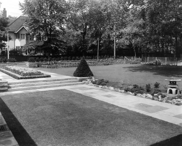 The Hobbs Sun House, Rosedale, Toronto. Front garden. Historical photos, c. 1945.