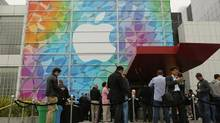 People line up for the Apple event at the Yerba Buena centre in San Francisco, California Oct. 22, 2013. (Robert Galbraith/Reuters)