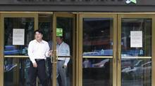 Employees of Standard Chartered leave a branch of the bank in central Seoul Aug. 9, 2012. (LEE JAE-WON/REUTERS)