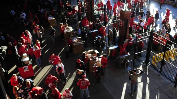 Fans enter Busch Stadium prior to game four of the MLB baseball World Series between the Boston Red Sox and the St. Louis Cardinals. (JEFF CURRY/USA TODAY SPORTS)