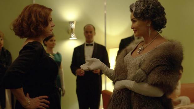 Susan Sarandon as Bette Davis, Jessica Lange as Joan Crawford in Feud.