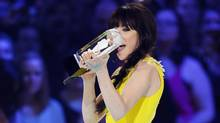 Canadian musician Carly Rae Jepsen accepts her Juno Award for Single of the Year during the Juno Awards show in Regina, Saskatchewan, April 21, 2013. (TODD KOROL/REUTERS)