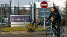 A worker leaves the AstraZeneca research facility in Loughborough, (© Darren Staples / Reuters/Darren Staples/REUTERS)