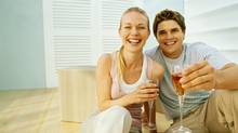 Young couple celebrating their new home with champagne (Stockbyte/(c) Stockbyte)