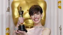 Anne Hathaway holds her Oscar for winning Best Supporting Actress for her role in Les Miserables at the 85th Academy Awards in Hollywood, Calif., February 24, 2013. (MIKE BLAKE/REUTERS)