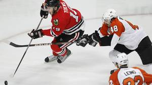 Chicago Blackhawks center Jonathan Toews (L) tries to get past Philadelphia Flyers center Danny Briere (C) as Flyers left wing Ville Leino looks on during the first period in Game 5 of the NHL Stanley Cup final hockey series in Chicago, Illinois, June 6, 2010. REUTERS/Jeff Haynes