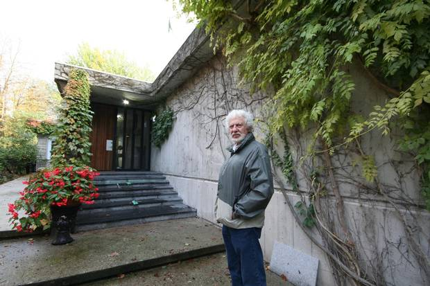 Sundial House, King City, Ont. Morris Katz in front of Sundial House, Oct., 2017.