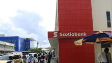 Schoolchildren pass a Scotiabank branch in Castries, St Lucia. (© Reuters Photographer / Reuters/REUTERS)