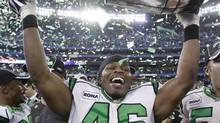 Kitwana Jones hoists the Grey Cup as a member of the Saskatchewan Roughriders in 2007. (Ryan Remiorz)
