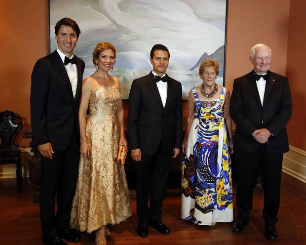 Prime Minister Justin Trudeau, left to right, his wife, Sophie Gregoire Trudeau and Mexican President Enrique Pena Nieto pose for a photograph along with Governor General David Johnston, right, and his wife Sharon Johnston before attending a state dinner in honour of the Mexican President at Rideau Hall the official residence of the Governor General in Ottawa, Tuesday June 28, 2016.