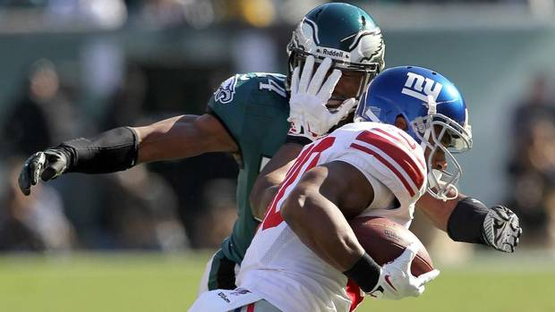 New York Giants' Victor Cruz runs the ball against the defence of Eagles' Bradley Fletcher during first half of an NFL football game on Sunday, Oct. 27, 2013, in Philadelphia. The Giants won 15-7 (YONG KIM/AP)