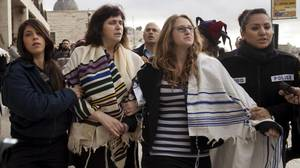 Israel holds 10 women for wearing prayer shawls at holy site