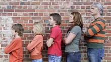 Family standing in a line (Jupiterimages/(C) 2007 Jupiterimages)