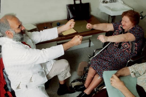 Sacks seeing patients at Beth Abraham, 1988.